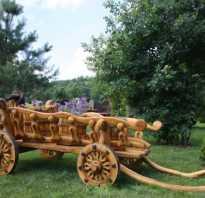 Применение декоративных тележек из дерева в качестве клумб